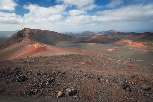 Deserto vulcânico surpreendente da paisagem e da lava em timanfaya, lanzarote, espanha.