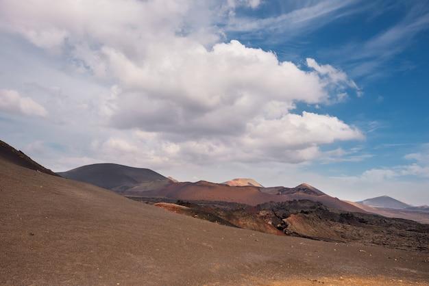 Deserto vulcânico surpreendente da paisagem e da lava no parque nacional de timanfaya, lanzarote.