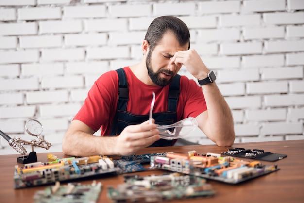 Desesperado trabalhador estressado cansado fixação gadgets.