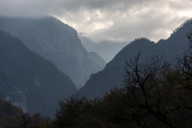 Desfiladeiro da montanha com tempo nublado e nublado