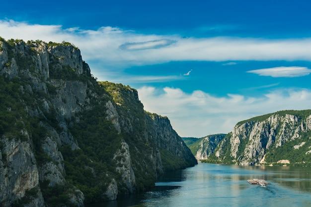 Desfiladeiro do danúbio em djerdap, na fronteira entre a sérvia e a romênia