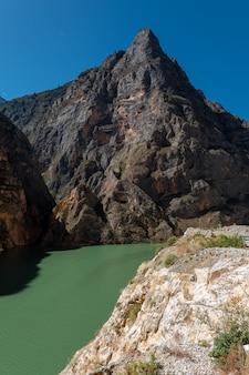 Desfiladeiro do pulo do tigre. norte da cidade de lijiang, província de yunnan, china.
