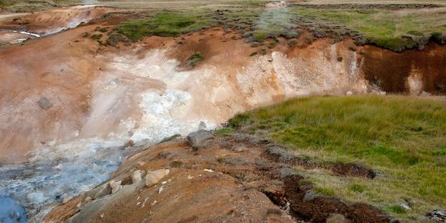 Desfiladeiro do rio de água branca cortada na pastagem