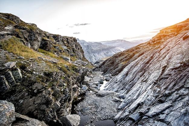 Desfiladeiro nas montanhas da noruega. textura de pedra ao pôr do sol.
