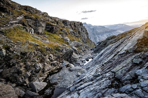 Desfiladeiro nas montanhas norueguesas. textura de pedra ao pôr do sol.