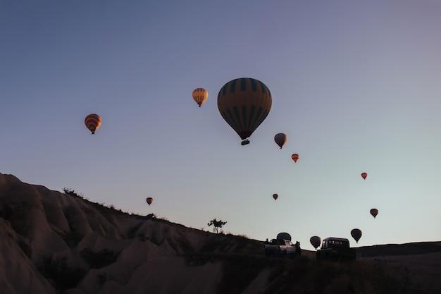 Desfile de balões de ar quente na capadócia ao amanhecer