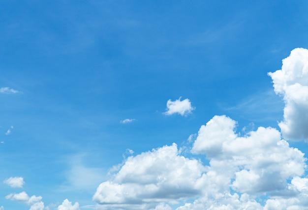 Desfocado close-up vistas de céu azul com nuvem no conceito de natureza da tarde.