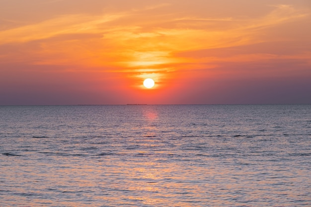 Desfocado do pôr do sol tropical colorido sobre o oceano na praia