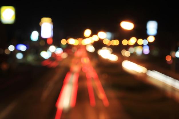 Desfocado ou borrão bokeh noite semáforos.