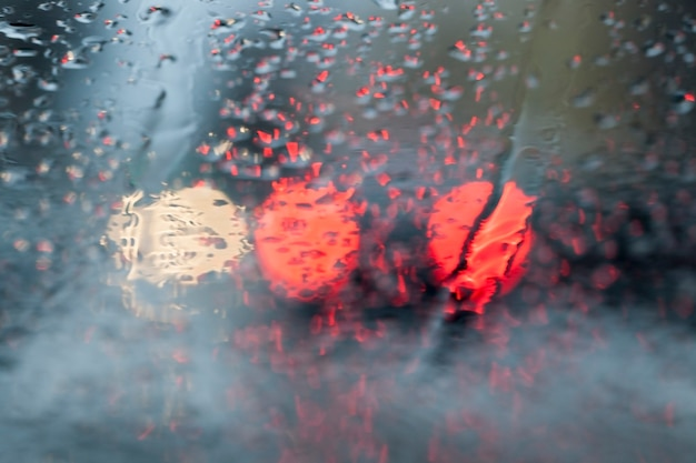 Desfocagem de estrada fotografada. close, luzes vermelhas do carro visíveis