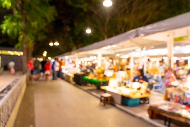 Desfocar a cena no mercado de rua à noite