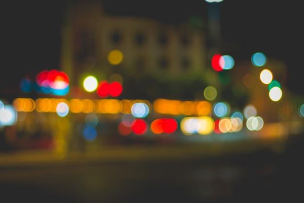Desfocar a imagem da luz do carro e do tráfego na cidade
