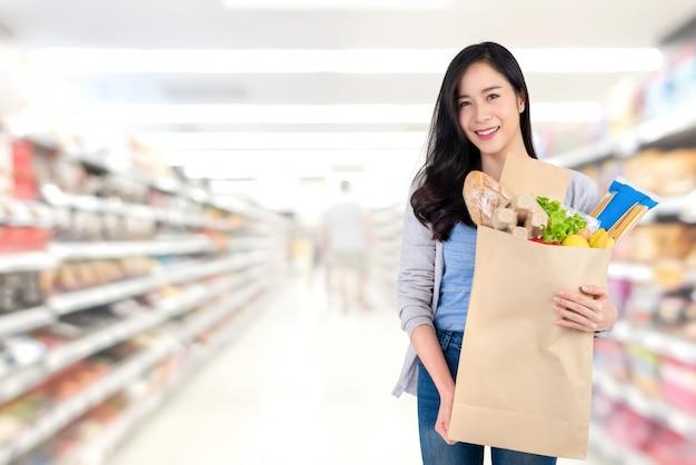 Desfocar a imagem do corredor no supermercado com os clientes