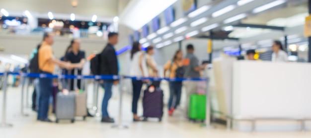Desfocar fundo: terminal partida check-in no balcão do aeroporto
