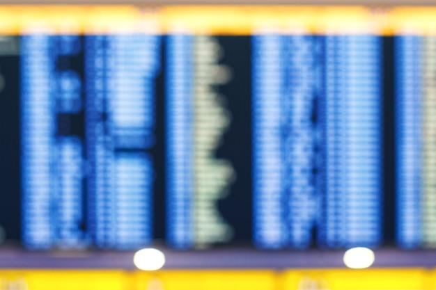 Desfocar o fundo da placa eletrônica de chegada ou partida no terminal do aeroporto