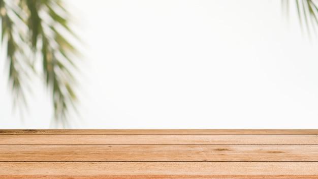 Desfocar o pano de fundo de folhas de coco com madeira velha