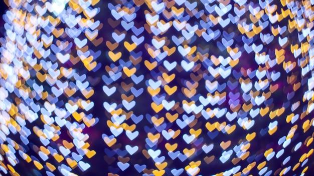 Desfoque abstrato forma de coração branco azul amor dia dos namorados na árvore no jardim