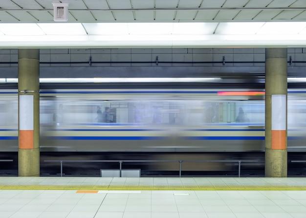 Desfoque de movimento ao lado do trem de alta velocidade no metrô