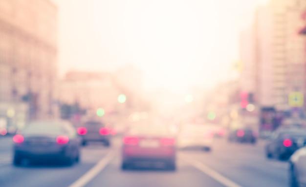 Desfoque os carros na estrada com tráfego suave na área de junção. os carros param ao lado da estrada e da luz.