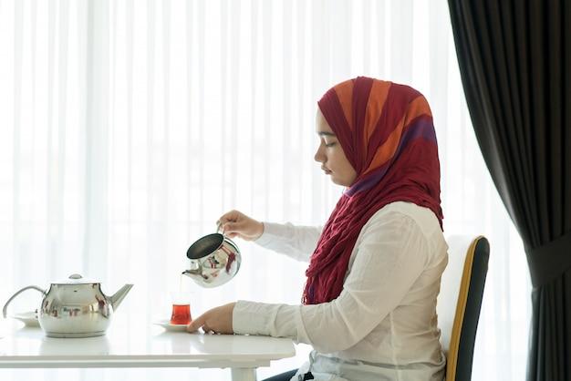 Desfrutando da hora do chá em casa
