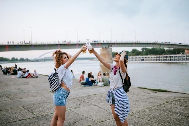 Desfrutando de um festival de verão na cidade.
