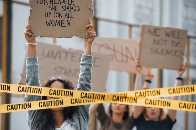 Desfrutando durante o protesto. grupo de mulheres feministas protestam por seus direitos ao ar livre
