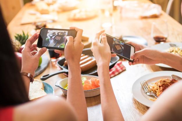 Desfrute de um jantar de festa com amigos e tire fotos por telefone para postar