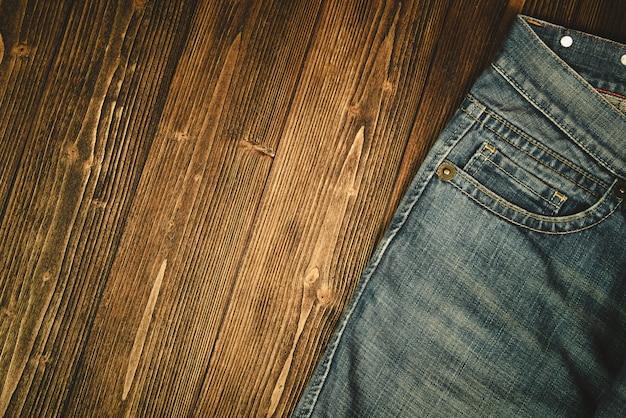 Desgastado jeans ou jeans denim coleção em madeira escura áspera