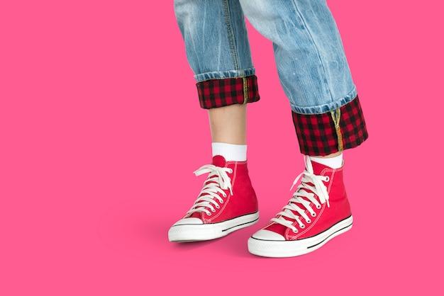 Desgaste da tendência da sapata do sentido da forma do fashionista da pessoa