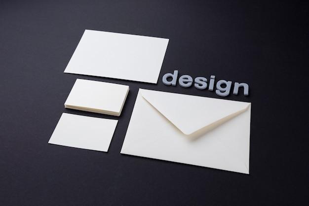 Design branco envelope e cartões de visita