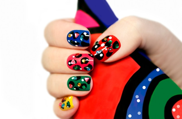Design criativo de unhas multicolorido