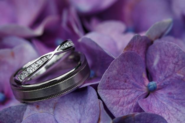 Design de anéis de casamento com flores de hortênsia