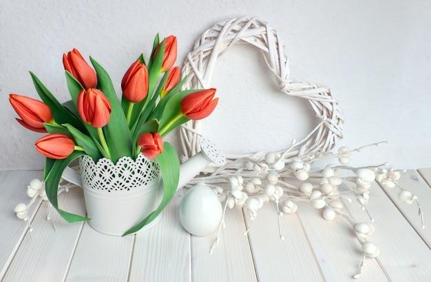 Design de cartão de páscoa com buquê de tulipas vermelhas na primavera de luz