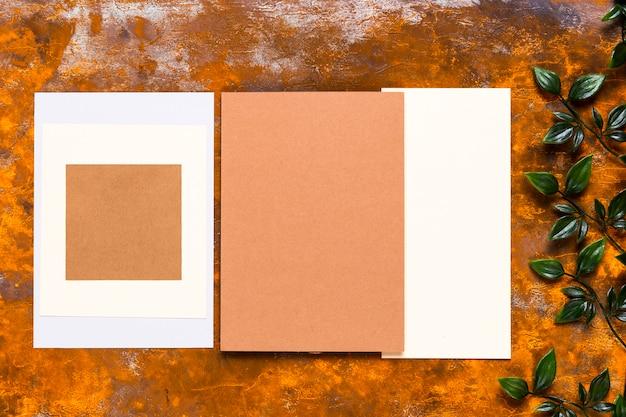 Design de convite na mesa de madeira