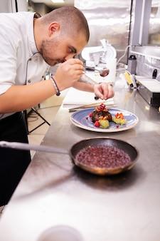 Design de cozinha requintada feita pelo chef na cozinha do seu restaurante