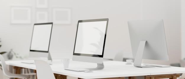 Design de escritório interno com mesa de escritório com três dispositivos de computador e suprimentos de escritório