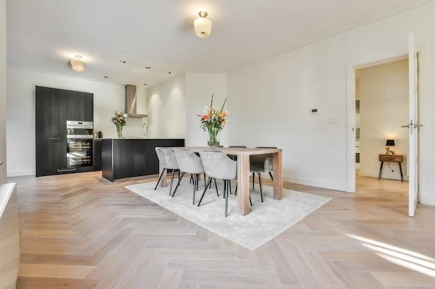 Design de interior de estilo minimalista contemporâneo de apartamento moderno com área de jantar aconchegante e cozinha aberta
