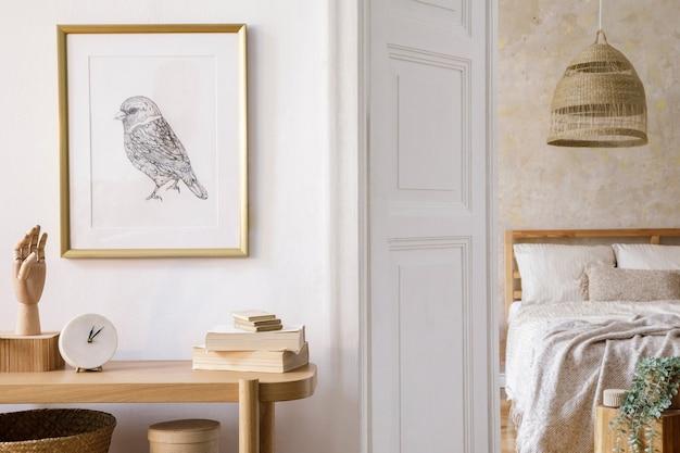 Design de interior do quarto com moldura simulada, console de madeira, plantas, livro de relógio, decoração de vime e acessórios elegantes na decoração elegante da casa.