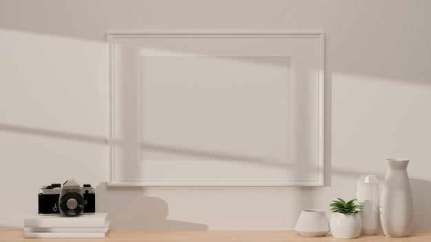 Design de interior moderno com moldura de maquete na parede branca e mesa de madeira com câmera fotográfica, vasos de cerâmica e espaço de cópia