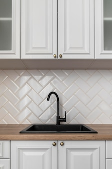 Design de interior preto para pia de cozinha