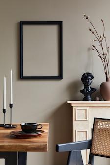 Design de interior rústico de sala de jantar com mesa familiar de madeira, castiçal, cadeira retrô, xícara de café, decoração, porta-retrato e acessórios pessoais elegantes. parede bege.