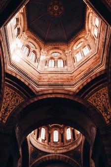 Design de interiores arquitetônico bonito de um teto de catedral em marselha, frança