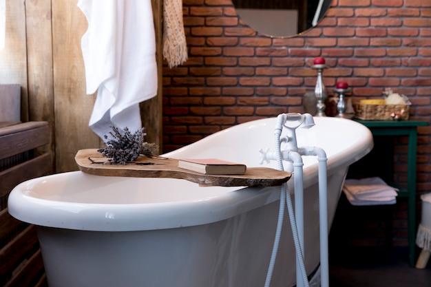 Design de interiores com banheira vintage