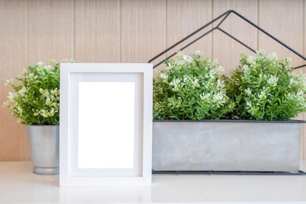 Design de interiores da sala de estar com simulação de moldura branca na prateleira com belas plantas.