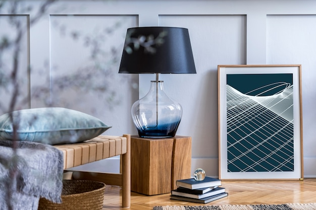 Design de interiores da sala de estar escandinava com espreguiçadeira moderna, xadrez, cubo de madeira, livros, abajur, mapa de pôster e acessórios pessoais elegantes em uma decoração elegante.