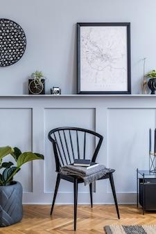 Design de interiores da sala de estar escandinava com mapa de pôster preto, cadeira elegante, mesa de centro preta, plantas, decoração, carpete, livro e acessórios pessoais elegantes.