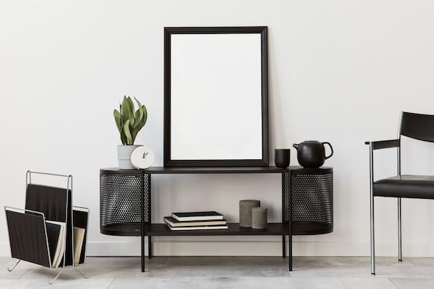 Design de interiores da sala de estar moderna com cômoda preta elegante, cadeira, moldura, lâmpada, livro, decorações e acessórios elegantes na decoração da casa.