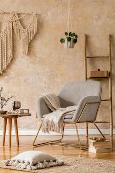 Design de interiores da sala de estar oriental com poltrona moderna, macramê, escada de madeira, travesseiros, decorações e acessórios pessoais elegantes na decoração elegante da casa. parede wabi sabi.