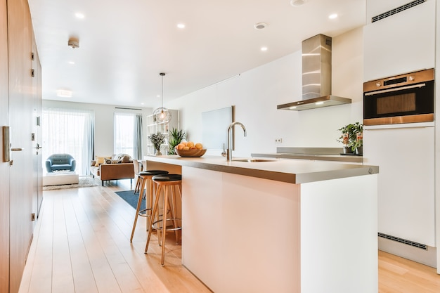 Design de interiores de apartamento loft moderno com cozinha aberta em estilo minimalista