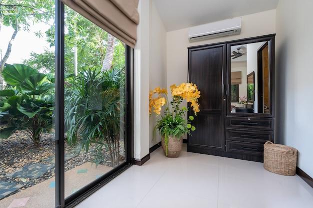 Design de interiores de casa, casa, apartamento e villa apresentam guarda-roupa no quarto